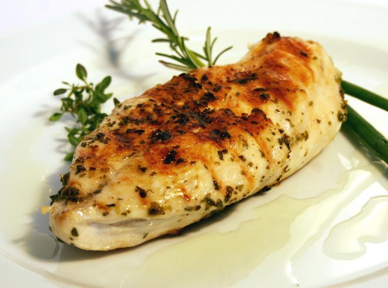 חזה עוף צלוי עסיסי ומושלם