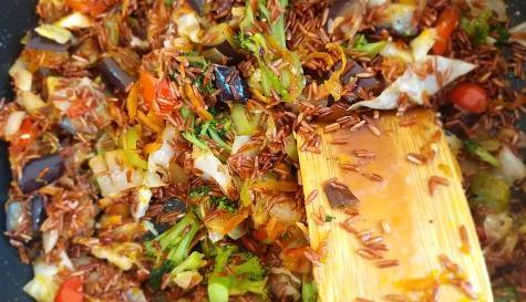 אורז אדום עם שלל ירקות